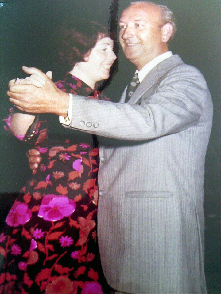El compositor bailando con su esposa